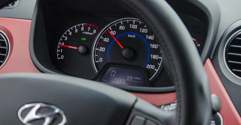 So sánh Hyundai Grand i10 2018 và Mitsubishi Mirage 2017 về đồng hồ lái.