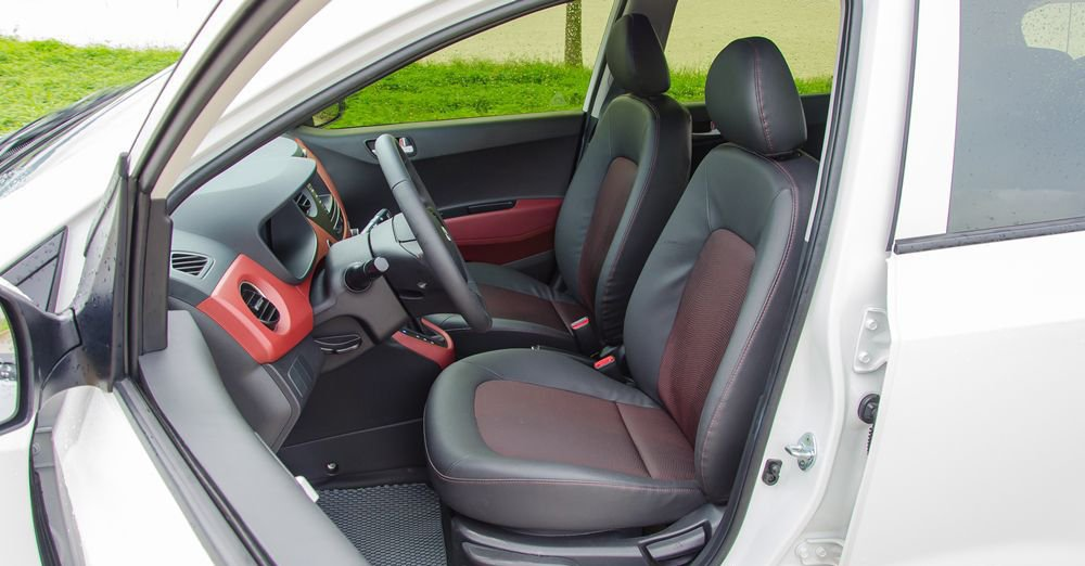 Hyundai Grand i10 2018 và Mitsubishi Mirage 2017 đều trang bị ghế da pha nỉ.