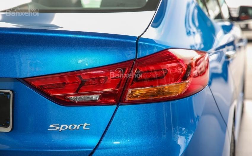 Đánh giá xe Hyundai Elantra Sport 2018: Đèn hậu.