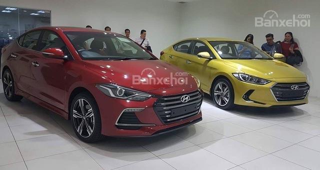 Đánh giá xe Hyundai Elantra Sport 2018: Phiên bản Hyundai Elantra Sport bên cạnh phiên bản thường.
