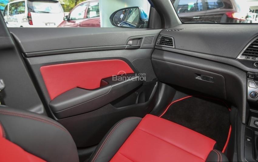 Đánh giá xe Hyundai Elantra Sport 2018: Mặt trong cửa xe.