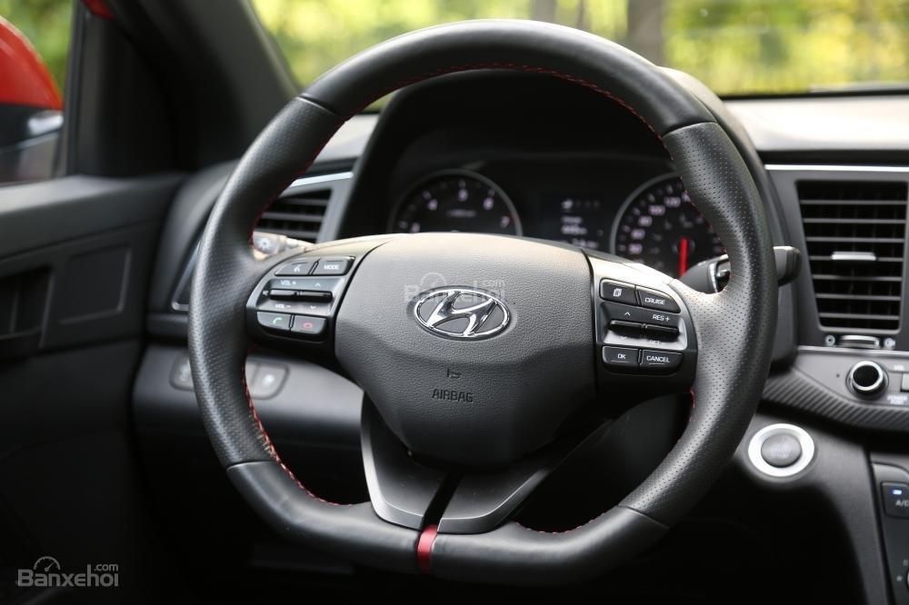 So sánh vô lăng Honda Civic Si 2018 và Hyundai Elantra Sport 2018''''''''
