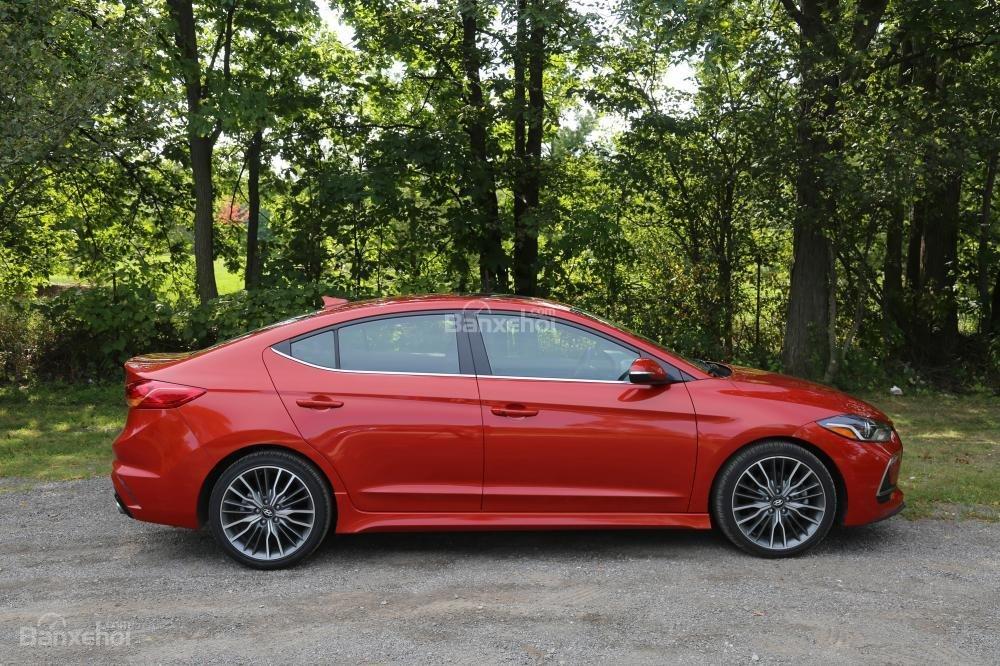 So sánh xe Honda Civic Si 2018 và Hyundai Elantra Sport 2018: Thân xe,