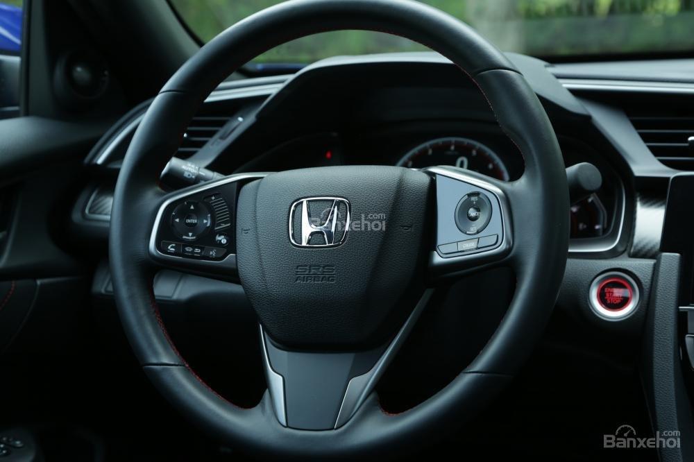 So sánh vô lăng Honda Civic Si 2018 và Hyundai Elantra Sport 2018.