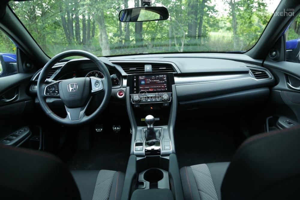 So sánh Honda Civic Si 2018 và Hyundai Elantra Sport 2018 về thiết kế nội thất.