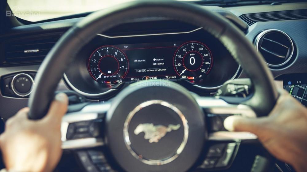 """Đánh giá xe Ford Mustang 2018"""" Vô-lăng 3 chấu tích hợp nút điều khiển a2"""