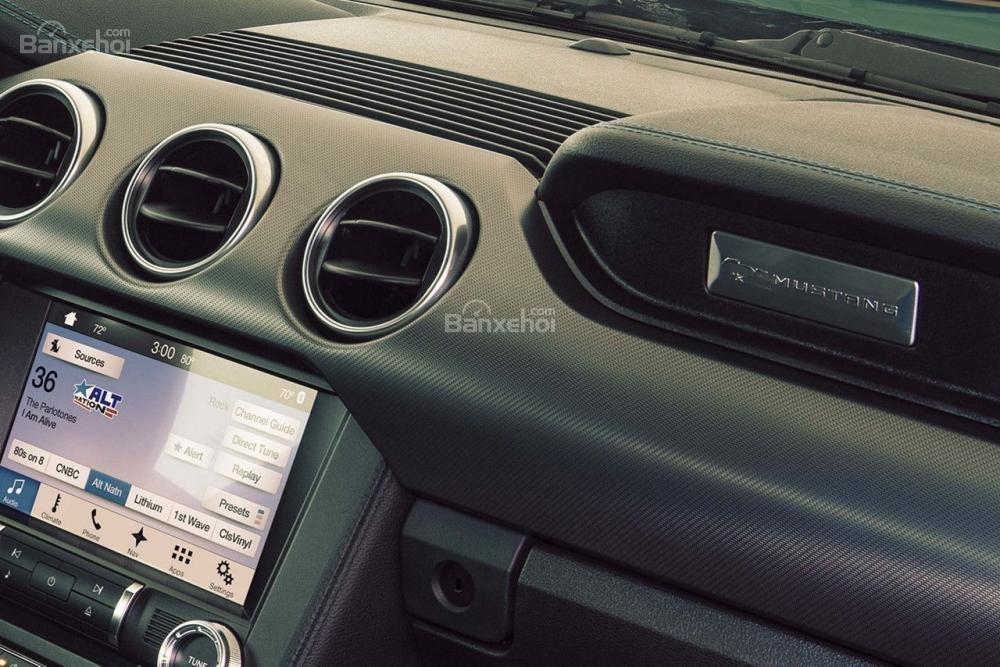 Đánh giá xe Ford Mustang 2018: Màn hình 4,2 inch tiêu chuẩn.