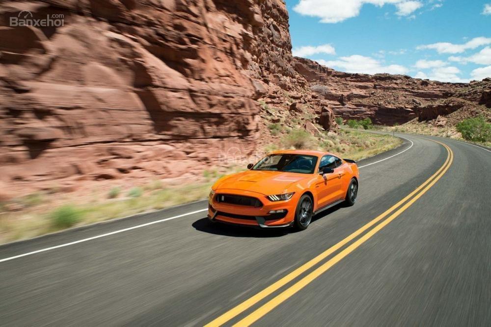 Ford Mustang 2018 bỏ động cơ V6 và thêm hộp số tự động 10 cấp mới.