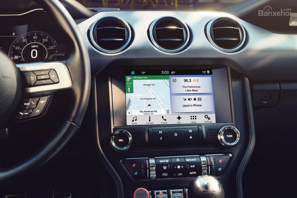 Đánh giá xe Ford Mustang 2018: Các nút bấm bố trí hợp lý và dễ sử dụng.