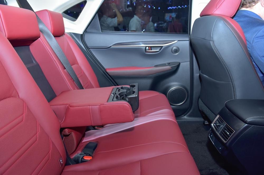 Ảnh chụp ghế sau xe Lexus NX 300 2018