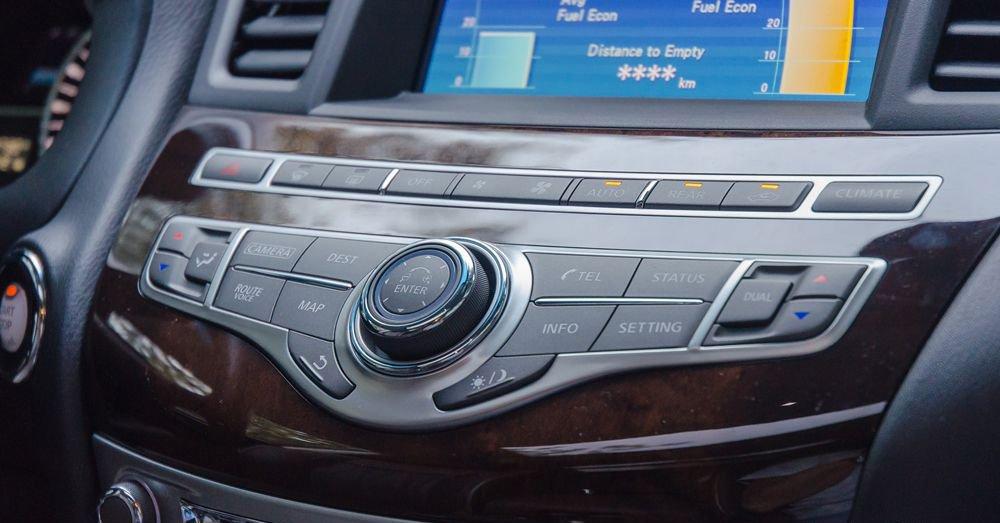 So sánh xe Infiniti QX60 2018 và Audi Q7 2018 về tablo và vô-lăng.
