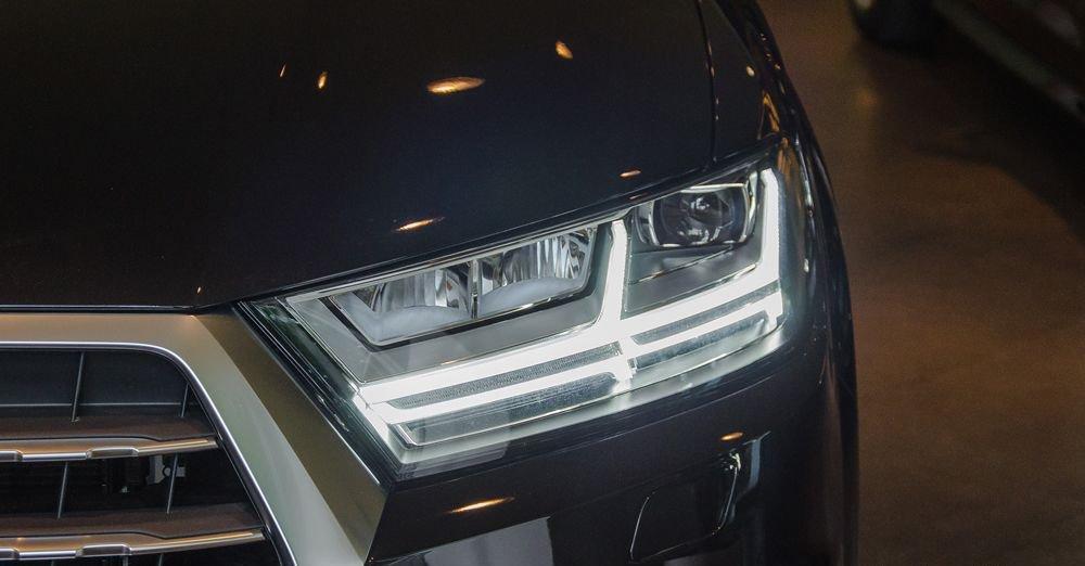 So sánh xe Infiniti QX60 2018 và Audi Q7 2018 về đầu xe 13