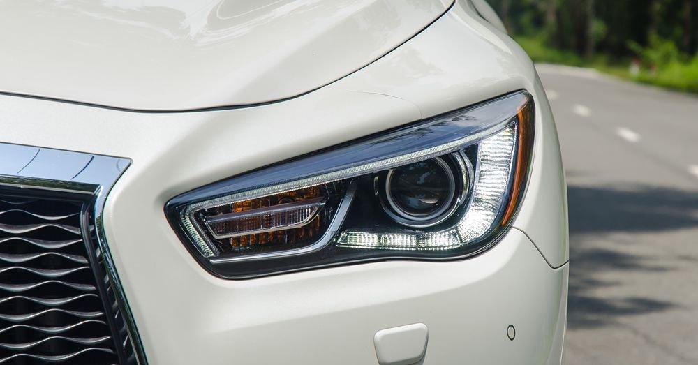 So sánh xe Infiniti QX60 2018 và Audi Q7 2018 về đầu xe 17