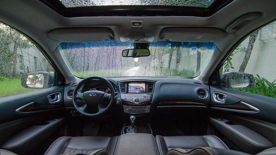 So sánh xe Infiniti QX60 2018 và Audi Q7 2018 về nội thất: Xe cổ điển và xe hiện đại.