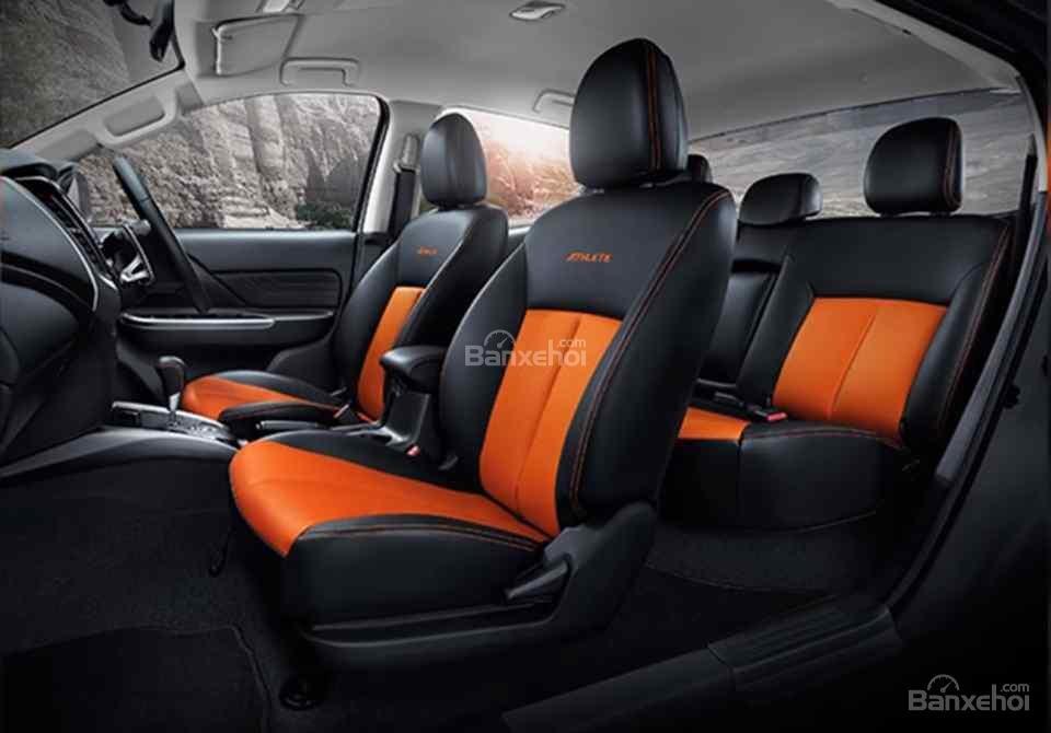 Đánh giá xe Mitsubishi Triton Athlete 2018: Ghế ngồi với gam màu cam nổi bật.