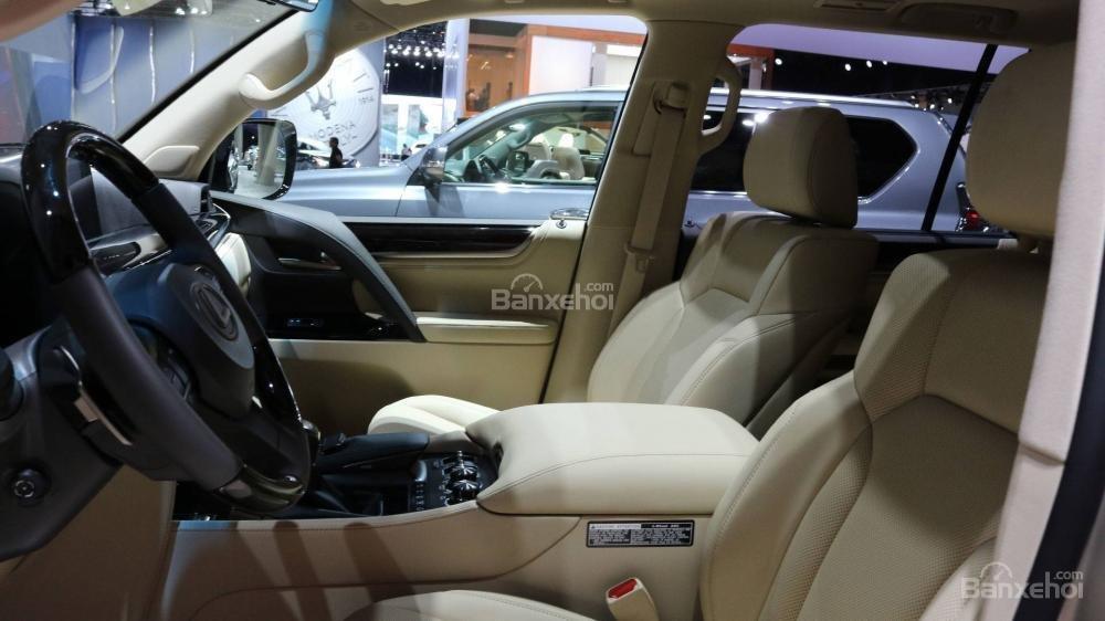 Hàng ghế trước trên xe Lexus LX 570 2018 bản 5 chỗ