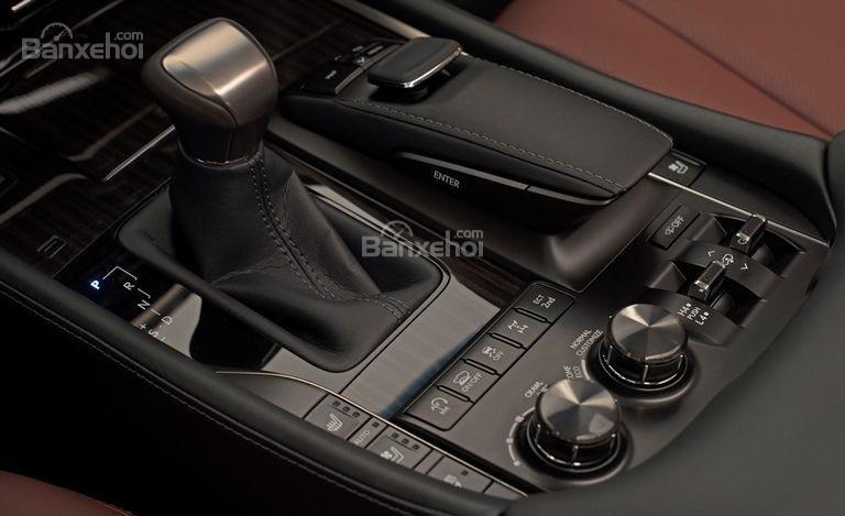 Khu vực cần số điều khiển xe Lexus LX 570 2018 bản 5 chỗ