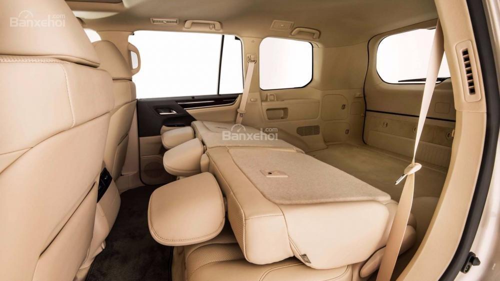 Đánh giá xe Lexus LX 570 2018 bản 5 chỗ: Hàng ghế sau gập linh hoạt.