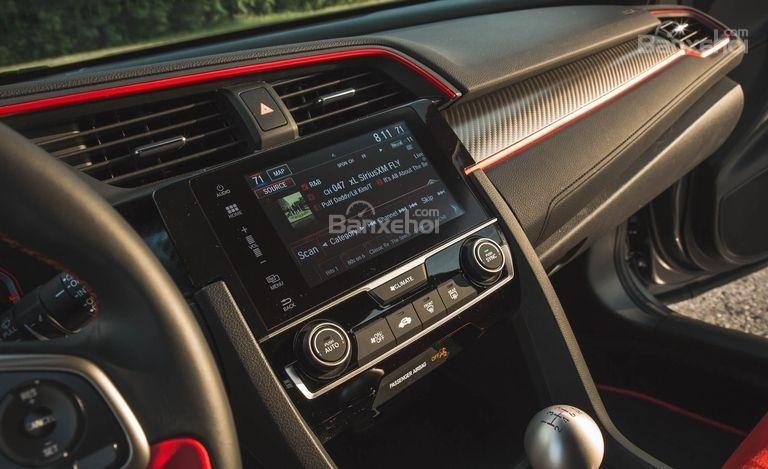 Đánh giá xe Honda Civic Type R 2018: Màn hình thông tin giải trí trung tâm.