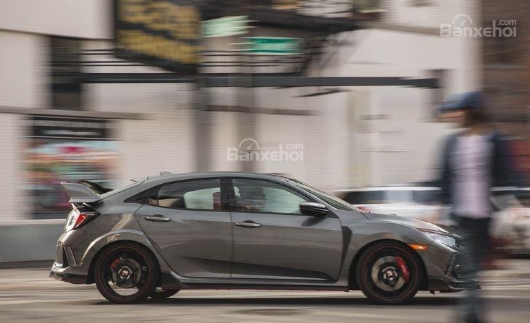 Đánh giá xe Honda Civic Type R 2018: Mức tiêu hao nhiên liệu được đánh giá ở mức trung bình.