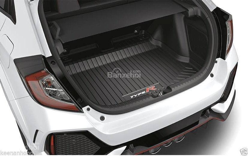 Đánh giá xe Honda Civic Type R 2018: Khoang hành lý rộng hơn các đối thủ cùng phân khúc.