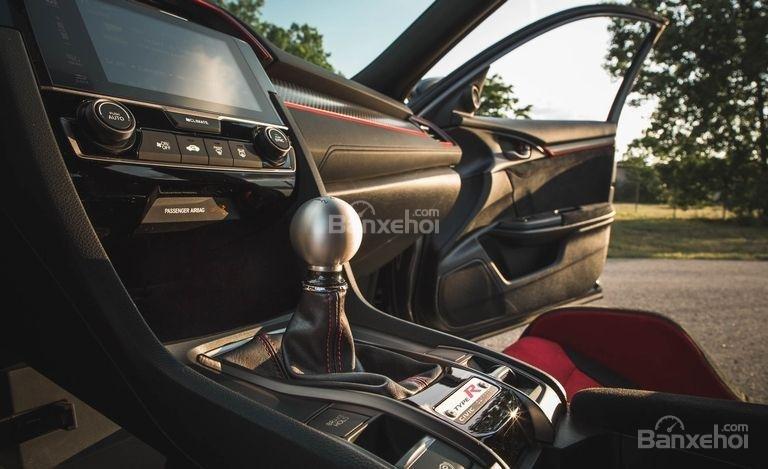 Đánh giá xe Honda Civic Type R 2018: Khu vực cần số điều khiển