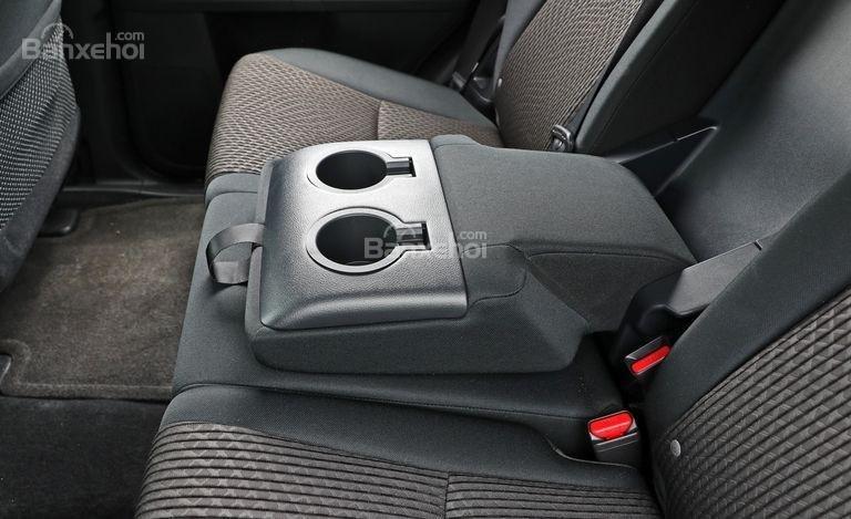 Đánh giá xe Toyota 4Runner 2018: Các hộc chứa đồ trong khoang cabin a2