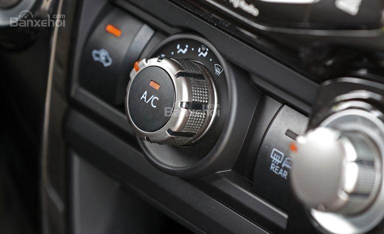 Các núm điều khiển ở khu vực trung tâm xe Toyota 4Runner 2018