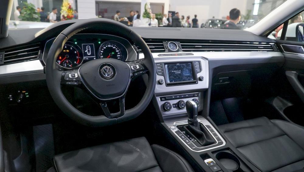 Ảnh chụp bảng táp-lô xe Volkswagen Passat 2018