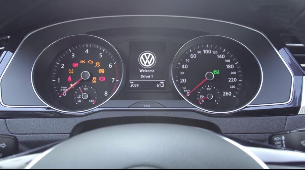 Ảnh chụp cụm đồng hồ xe Volkswagen Passat 2018
