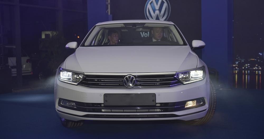 Ảnh chụp phía trước xe Volkswagen Passat 2018