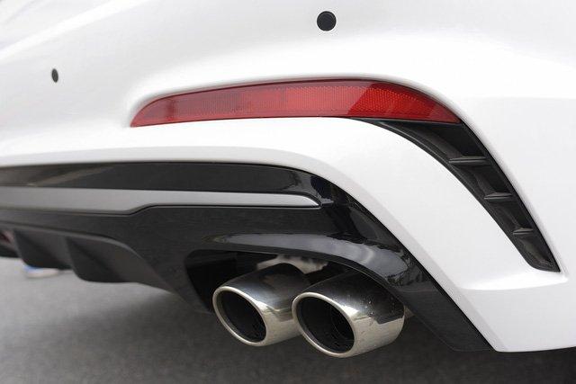 Đánh giá xe Hyundai Elantra Sport 2018: Ống xả đôi tích hợp trên bộ khuếch tán sau..
