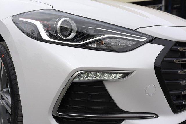 Đánh giá xe Hyundai Elantra Sport 2018: Cụm đèn trước Bi-Xenon 1