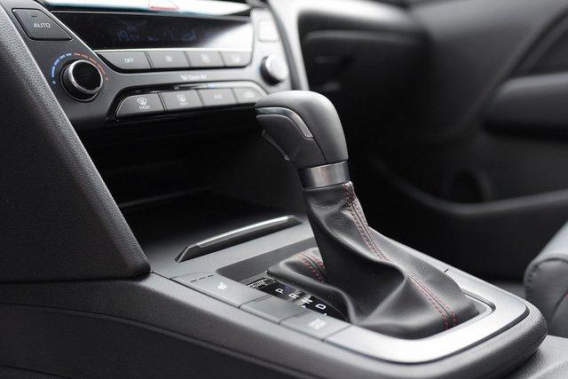 Đánh giá xe Hyundai Elantra Sport 2018: Khu vực cần số điều khiển/