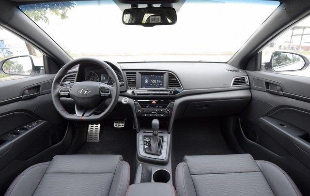 Đánh giá xe Hyundai Elantra Sport 2018 về nội thất.