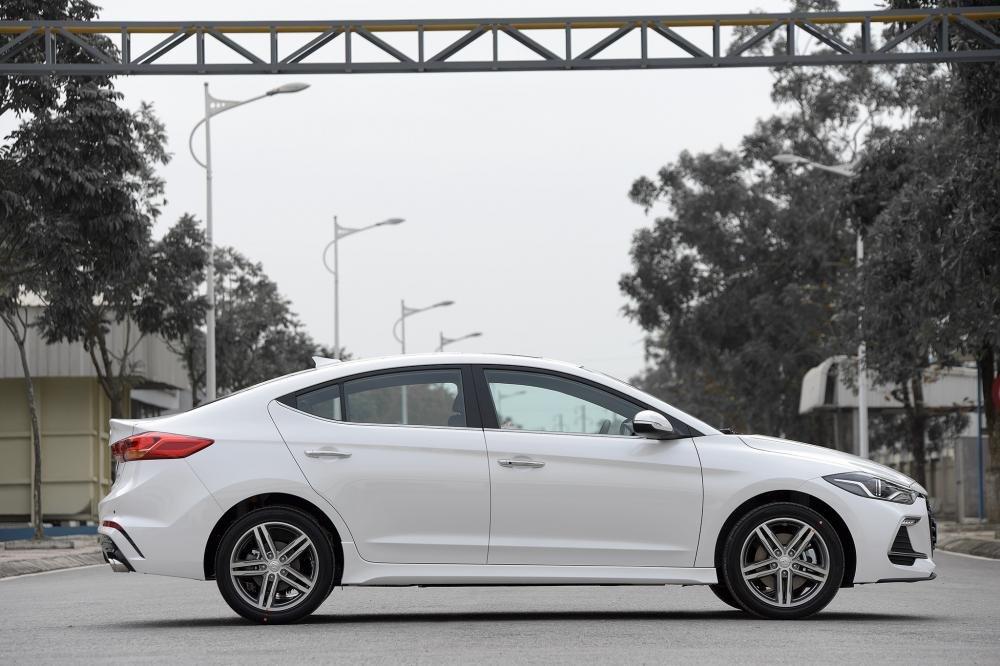 Đánh giá xe Hyundai Elantra Sport 2018: Thân xe nổi bật với bộ la-zăng 5 chấu kép thể thao..