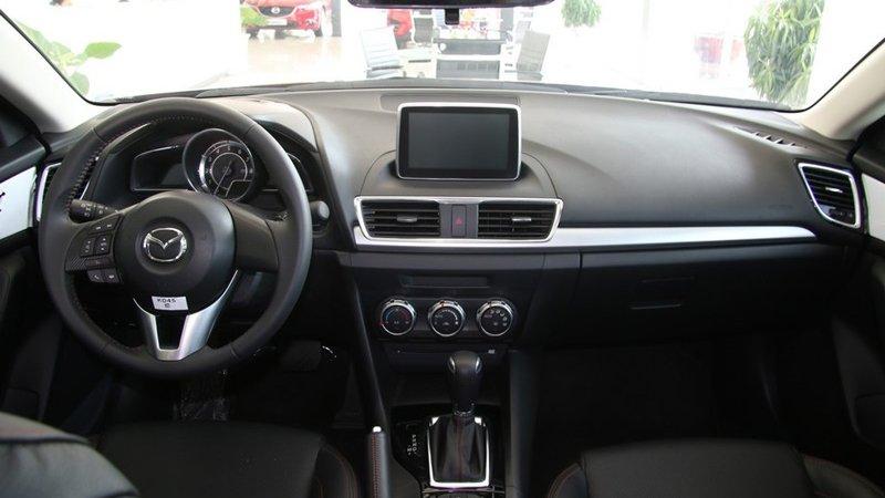 So sánh xe Mazda 3 2018 và Hyundai Elantra Sport 2018 về nội thất: Xe Nhật đẹp hơn, xe Hàn nhiều tùy chọn hơn.