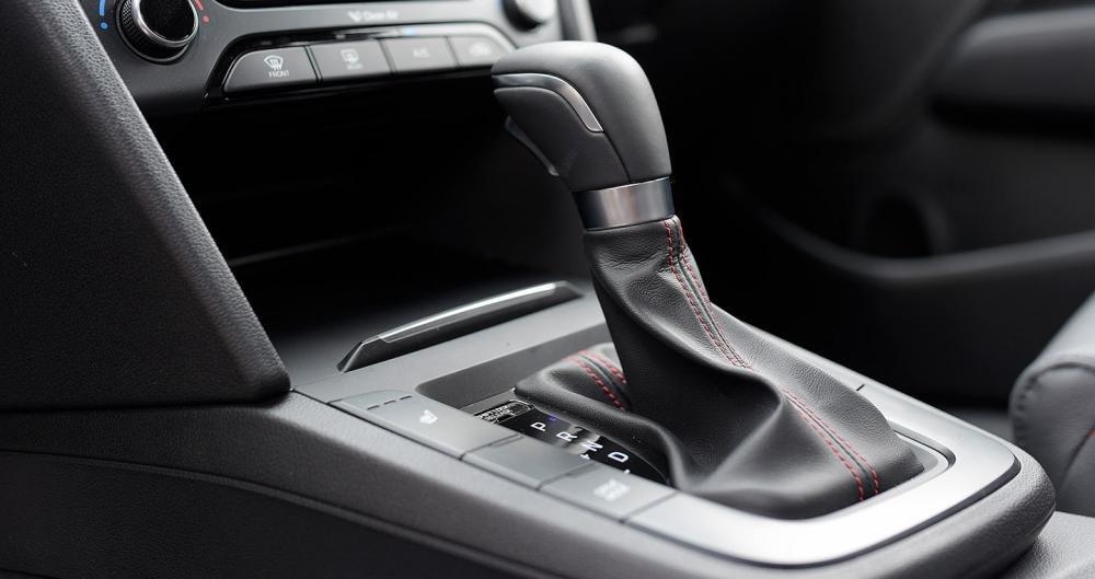 Hyundai Elantra Sport sử dụng hộp số tự động với 3 chế độ lái hiện đại.