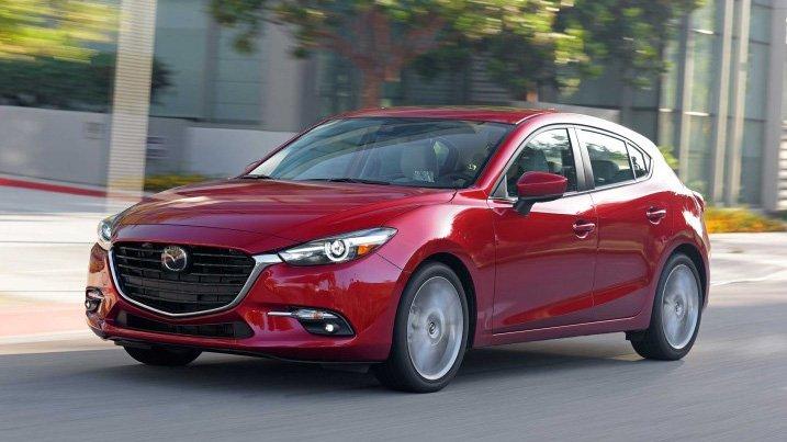So sánh xe Mazda 3 2018 và Hyundai Elantra Sport 2018: Xe đẹp và xe thực dụng.