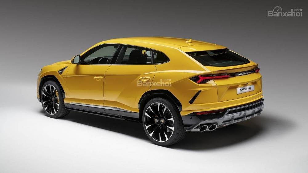 Đánh giá xe Lamborghini Urus 2019 về thiết kế đuôi xe.