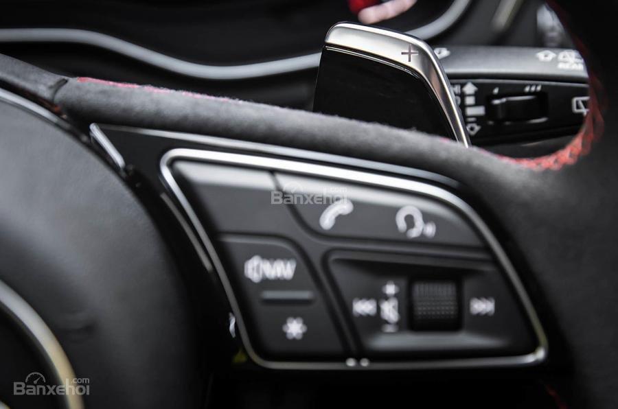 Đánh giá xe Audi RS4 Avant 2018: Nút điều khiển trên vô lăng.