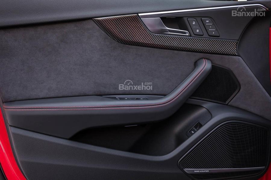 Đánh giá xe Audi RS4 Avant 2018: Mặt trong cửa xe.