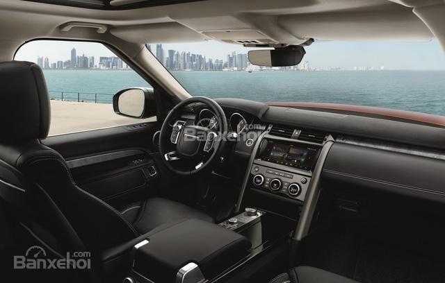 Ảnh chụp bảng táp-lô xe Land Rover Discovery 2018