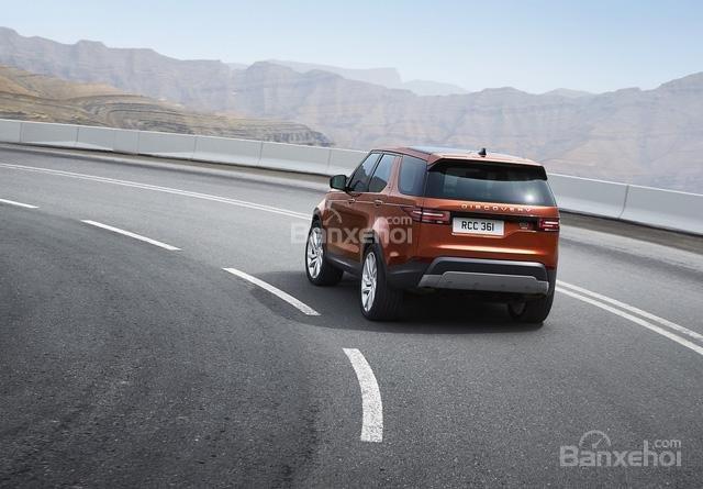 Ảnh chụp đuôi xe Land Rover Discovery 2018