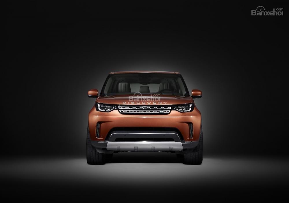 Ảnh chụp phía trước xe Land Rover Discovery 2018