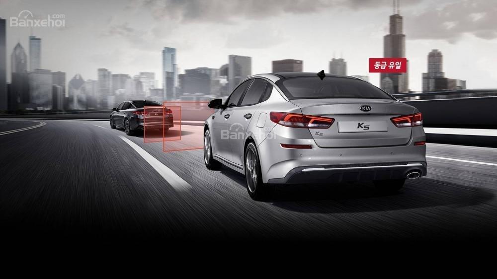 Đánh giá xe Kia Optima/ K5 2019: Xe được trang bị nhiều tính năng an toàn hiện đại.