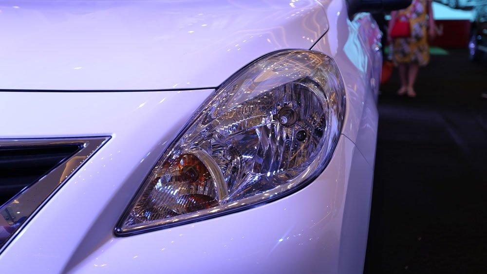 Ảnh chụp đèn pha xe Nissan Sunny Premium 2018