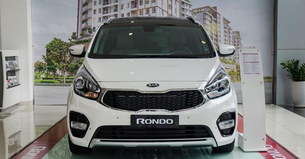 So sánh xe Suzuki Ertiga 2018 và Kia Rondo 2018 về đầu xe 3