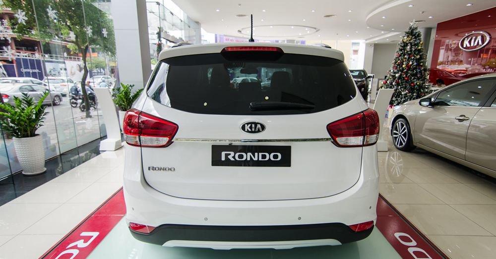 So sánh xe Suzuki Ertiga 2018 và Kia Rondo 2018 về đuôi xe 8