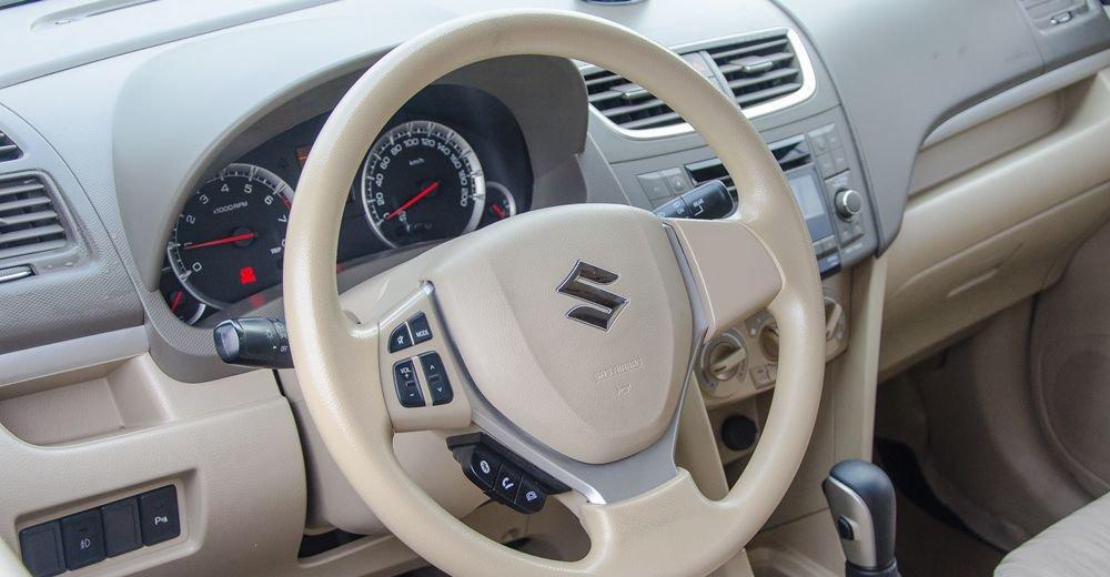 So sánh xe Suzuki Ertiga 2018 và Kia Rondo 2018 về táp-lô và vô-lăng.